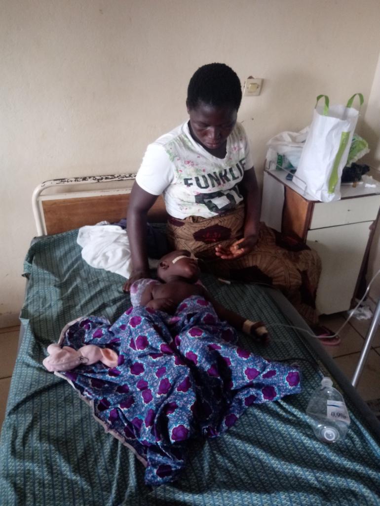 Dieudonné con la sua mamma nel letto dell'ospedale