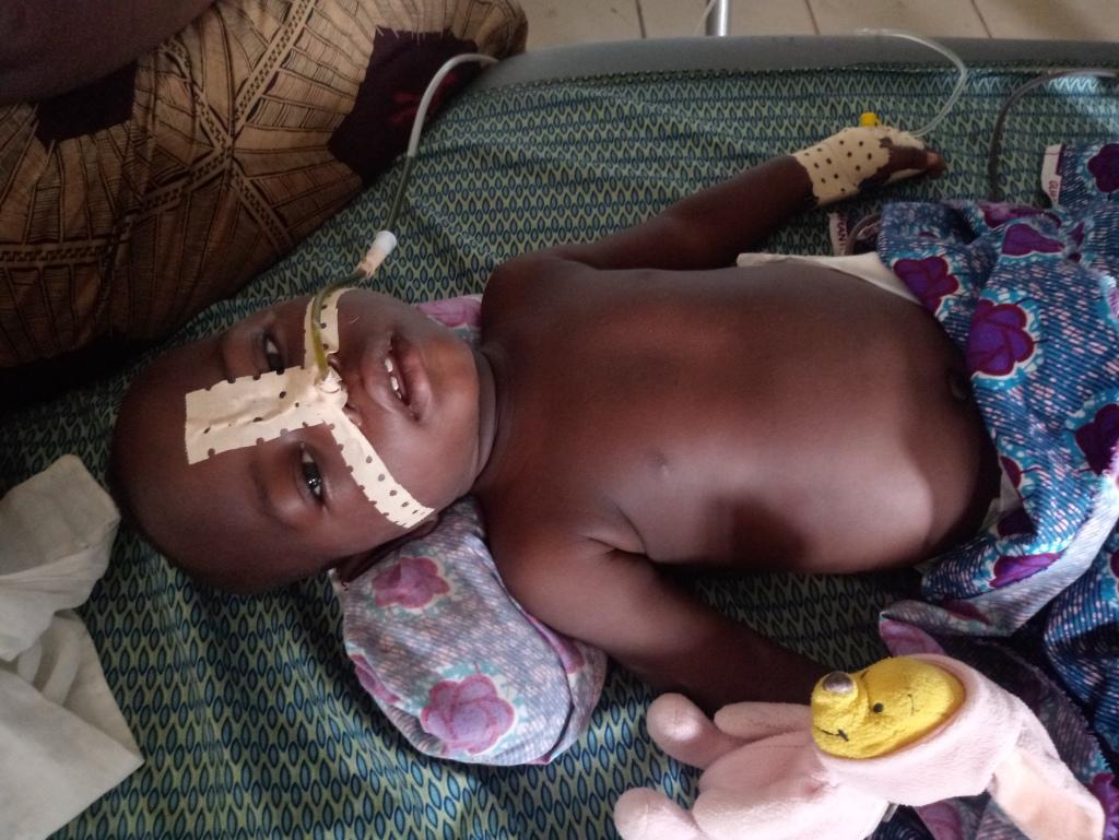 Il piccolo Dieudonné si risveglia dopo l'operazione